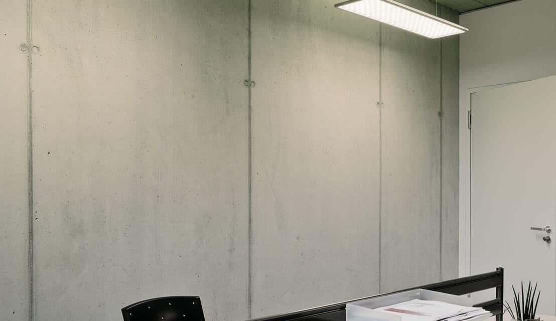 Gewerbe Konferenz- und BesprechungsräumeBautafelBauherrTechnologie- und Gründerzentrum Würzburg GmbHArchitektKister-Scheithauer-Gross-Architekten und Stadtplaner GmbH, KölnPlanungIngenieurgemeinschaft TEN GmbH, Reuterweg 25 a, 52080 AachenAusführungFa. EAB Elektroanlagenbau GmbH Rhein/Main, Dieselstrasse 8, 63128Produkte:Regiolux GmbH Pendelleuchten alvia;alvia Pendelleuchte – schwereloses Licht mit smarter LichttechnikSchwerelose Ästhetik gestaltet von BUSSE Design+Engineering GmbH in Kombination mit herausragender Lichttechnik und Spitzenwerten bei der Energieeinsparung, das zeichnet die alvia Pendelleuchte aus. Mit Funksensoren und EnOcean Technologie sind die Grenzen des Machbaren im Bereich Anschlusskomfort nochmals verschoben. Mit Sensoren und Bedienelementen nutzen Sie auch minimale  Infrastruktur für Effizienzgewinn und bedarfsgerechtem Komfort. Die technischen Daten der Leuchte sprechen eine deutliche Sprache: Bildschirmarbeitsplatztauglich entblendet gemäß aktueller Norm DIN-EN 12464-1. Mit hoher Lichtleistung werden so auch Doppelarbeitsplätze spielend mit nur einer Leuchte ausgeleuchtet. LED-Module auf der Leuchten-Oberseite erzielen eine attraktive Deckenaufhellung, die auch im Lichtmanagement getrennt ansteuerbar sind. Eindrucksvoll erfahrbar werden Raumhöhen hervorgehoben. Kurzum eine einzigartige Leuchte, die sich vermeintlich der Schwerkraft entzieht.